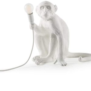 mono lampara sentado
